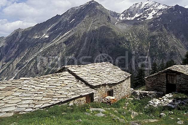 ae0607-21LE : Ferme d'alpage, Grand Paradis, Alpes.  Europe, CEE, ciel nuageux, C02, C01 environnement, habitation, moyenne montagne, patrimoine (Italie).