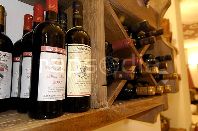 ae060722LE : Vin du Val d'Aoste, Alpes.  Europe, CEE, magasin, bouteille, vin, C02, C01 environnement, habitation, moyenne montagne, paysage (Italie).