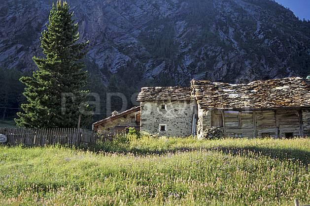 ae0608-35LE : Ferme d'alpage, Grand Paradis, Alpes.  Europe, CEE, sapin, C02, C01 arbre, environnement, habitation, moyenne montagne, patrimoine (Italie).