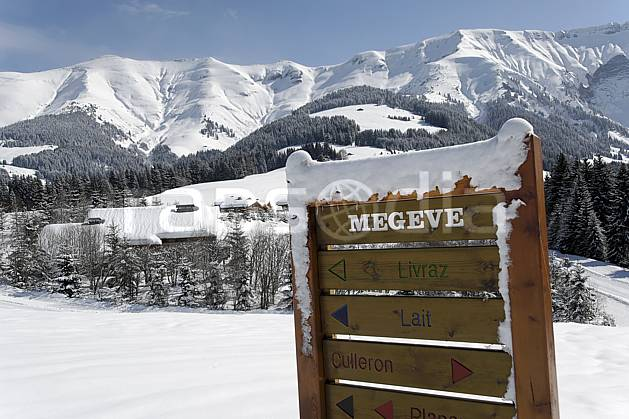 ae060919LE : Megève, Côte 2000, Haute-Savoie, Alpes. ski de piste Europe, CEE, sport, loisir, action, glisse, sport de montagne, sport d'hiver, ski, station de ski, signalisation, signalisation, C02, C01 environnement, forêt, moyenne montagne, paysage, Annecy 2018 (France).