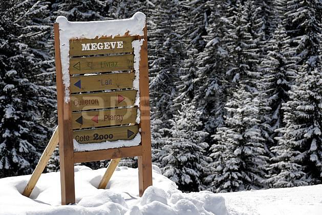 ae060920LE : Megève, Côte 2000, Haute-Savoie, Alpes. ski de piste Europe, CEE, sport, loisir, action, glisse, sport de montagne, sport d'hiver, ski, station de ski, signalisation, signalisation, C02, C01 environnement, forêt, moyenne montagne, paysage, Annecy 2018 (France).