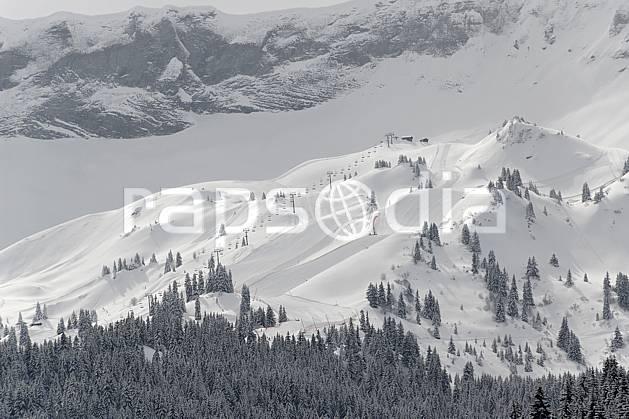 ae060923LE : Megève, Côte 2000, Haute-Savoie, Alpes. ski de piste Europe, CEE, sport, loisir, action, glisse, sport de montagne, sport d'hiver, ski, station de ski, téléski, mauvais temps, C02, C01 environnement, forêt, moyenne montagne, paysage, Annecy 2018 (France).