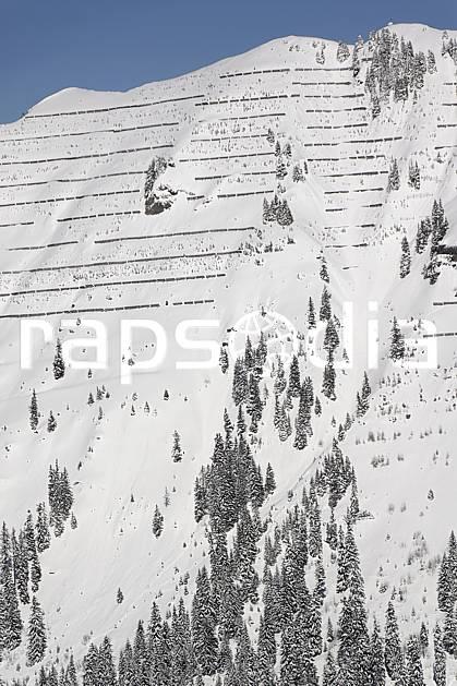 ae060929LE : Paravalanches, Flaine, Haute-Savoie, Alpes.  Europe, CEE, paravalanche, sécurité, avalanche, C02, C01 arbre, environnement, moyenne montagne, paysage, Annecy 2018 (France).