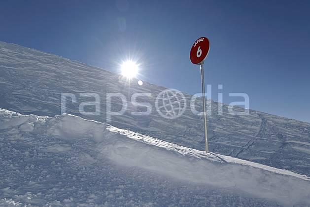 ae060931LE : Panneau info piste, Alpes. ski de piste Europe, CEE, sport, loisir, action, glisse, sport de montagne, sport d'hiver, ski, signalisation, signalisation, C02, C01 environnement, moyenne montagne, paysage, soleil (France).