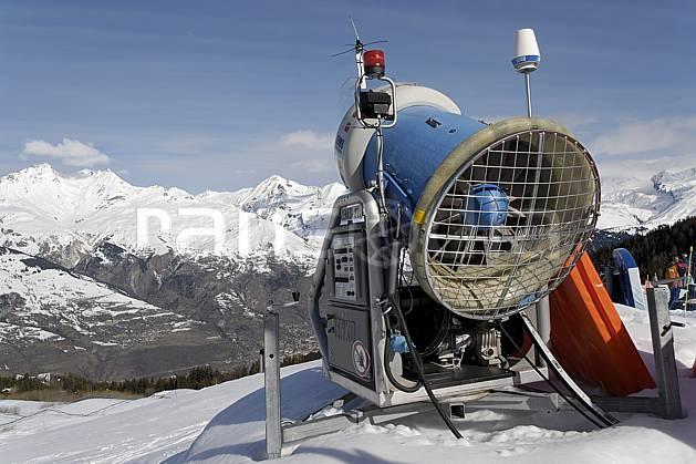 ae061016LE : Canon à neige, Les Arcs, Haute-Savoie, Alpes. ski de piste Europe, CEE, sport, loisir, action, glisse, sport de montagne, sport d'hiver, ski, canon à neige, C02, C01 environnement, moyenne montagne, paysage, Annecy 2018 (France).