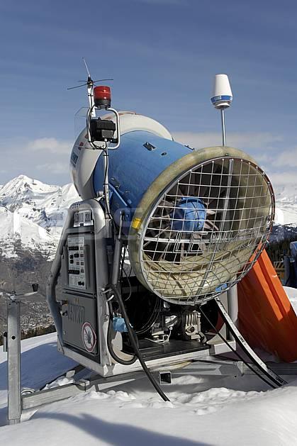 ae061017LE : Canon à neige, Les Arcs, Haute-Savoie, Alpes. ski de piste Europe, CEE, sport, loisir, action, glisse, sport de montagne, sport d'hiver, ski, canon à neige, C02, C01 environnement, moyenne montagne, paysage, Annecy 2018 (France).