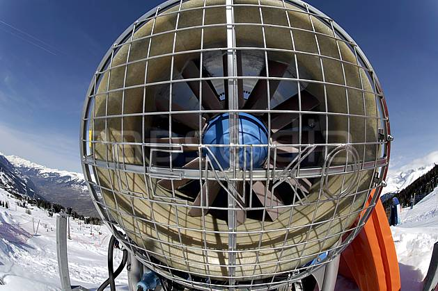ae061018LE : Canon à neige, Les Arcs, Haute-Savoie, Alpes. ski de piste Europe, CEE, sport, loisir, action, glisse, sport de montagne, sport d'hiver, ski, canon à neige, C02, C01 environnement, moyenne montagne, paysage, Annecy 2018 (France).