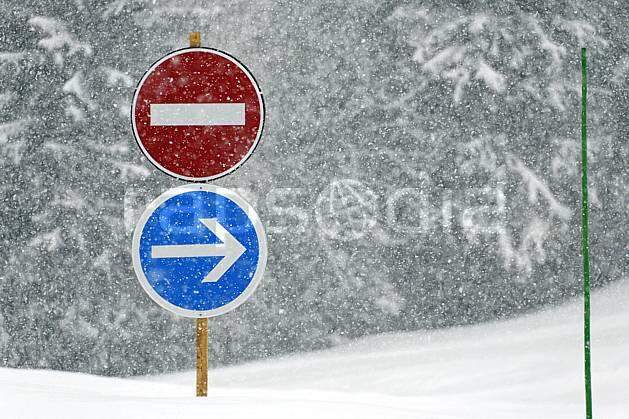 ae061027LE : Panneaux sous la neige, Alpes. ski de piste Europe, CEE, sport, loisir, action, glisse, sport de montagne, sport d'hiver, ski, signalisation, signalisation, mauvais temps, C02, C01 environnement, forêt, moyenne montagne, paysage (France).