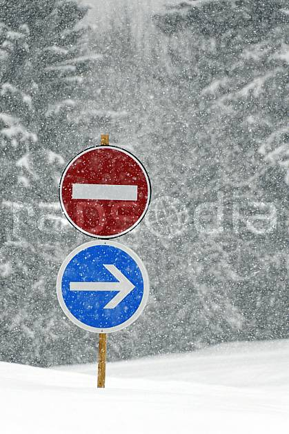 ae061028LE : Panneaux sous la neige, Alpes. ski de piste Europe, CEE, sport, loisir, action, glisse, sport de montagne, sport d'hiver, ski, signalisation, signalisation, mauvais temps, C02, C01 environnement, forêt, moyenne montagne, paysage (France).
