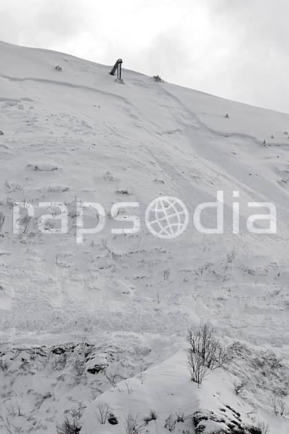 ae061037LE : Coulée de neige, Déclenchement d'avalanche, Gazex, Flaine, Haute-Savoie, Alpes.  Europe, CEE, station de ski, avalanche, sécurité, C02, C01 environnement, moyenne montagne, paysage, Annecy 2018 (France).