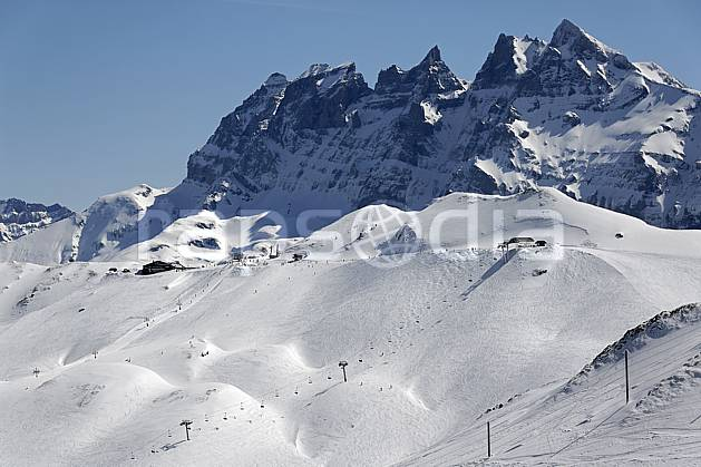 ae061051LE : Avoriaz, vue sur les Dents du Midi, Haute-Savoie, Alpes.  Europe, CEE, station de ski, piste, téléski, téléski, falaise, mur, C02, C01 environnement, moyenne montagne, paysage, Annecy 2018 (France).