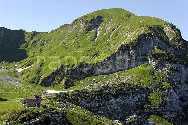 ae062529LE : Massif et refuge de la Tournette, Haute-Savoie, Alpes.  Europe, CEE, refuge, C02, C01 environnement, habitation, moyenne montagne, patrimoine, paysage, Annecy 2018 (France).