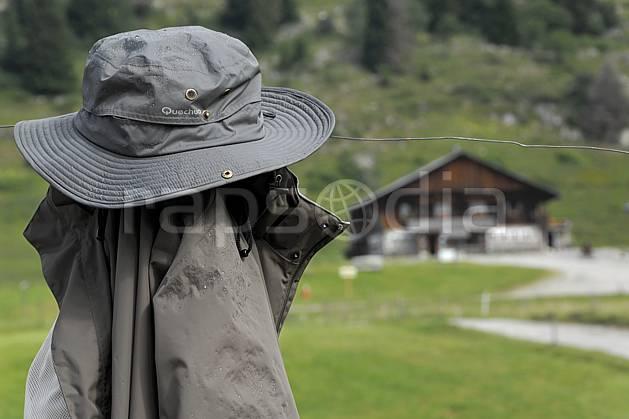 ae062981LE : Plateau des Glières, Haute-Savoie, Alpes.  Europe, CEE, cabane, ferme, alpage, chapeau, veste, vêtement, C02, C01 environnement, habitation, moyenne montagne, paysage, Annecy 2018 (France).