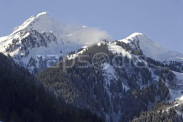 ae070016LE : Arêches et le Grand Mont, Beaufortain, Alpes.  Europe, CEE, piste de ski, station de ski, C02 environnement, forêt, moyenne montagne, paysage (France).