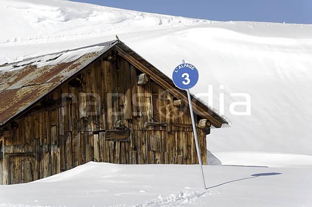 ae070019LE : Chalet d'alpage et panneau de signalisation des pistes, piste bleue, Arêches, Beaufortain, Alpes.  Europe, CEE, cabane, panneau, signalisation, piste de ski, C02 environnement, habitation, moyenne montagne (France).