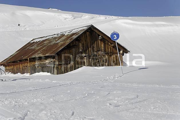 ae070020LE : Chalet d'alpage et panneau de signalisation des pistes, piste bleue, Arêches, Beaufortain, Alpes.  Europe, CEE, cabane, panneau, signalisation, piste de ski, C02 environnement, habitation, moyenne montagne (France).