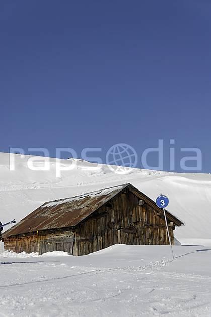 ae070021LE : Chalet d'alpage et panneau de signalisation des pistes, piste bleue, Arêches, Beaufortain, Alpes.  Europe, CEE, cabane, panneau, signalisation, piste de ski, C02 environnement, habitation, moyenne montagne (France).