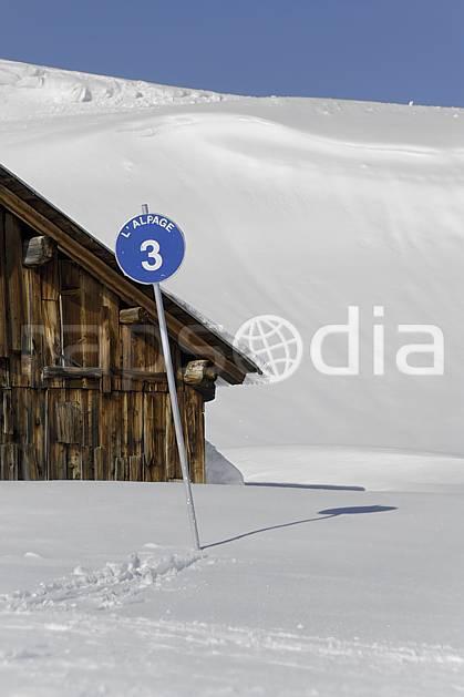 ae070022LE : Chalet d'alpage et panneau de signalisation des pistes, piste bleue, Arêches, Beaufortain, Alpes.  Europe, CEE, cabane, panneau, signalisation, piste de ski, C02 environnement, habitation, moyenne montagne (France).