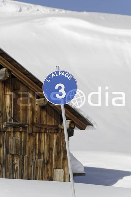 ae070023LE : Chalet d'alpage et panneau de signalisation des pistes, piste bleue, Arêches, Beaufortain, Alpes.  Europe, CEE, cabane, panneau, signalisation, piste de ski, C02 environnement, habitation, moyenne montagne (France).