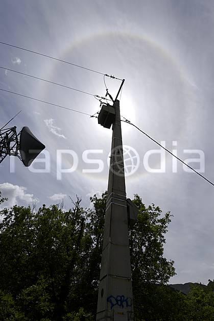ae070202LE : Pilone électrique ligne moyenne tension, antenne de télécommunication et spectre de Brocken, Alpes.  Europe, CEE, pilone, antenne, C02 arbre, environnement, moyenne montagne, soleil (France).
