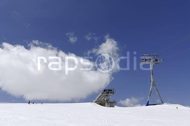 ae070376LE : Remontées mécaniques et télésiège à Zermatt, Alpes. ski de piste Europe, sport, loisir, action, glisse, sport de montagne, sport d'hiver, ski, piste de ski, C02 environnement, moyenne montagne, nuage, personnage (Suisse).