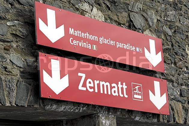 ae070377LE : Panneau de signalisation télécabine de Zermatt / Cervinia, Alpes.  Europe, panneau, signalisation, flèche, C02 environnement, moyenne montagne (Suisse).