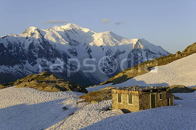 ae071380LE : Cabane du lac Blanc et massif du Mont Blanc, Aiguilles Rouges, Chamonix, Alpes.  Europe, CEE, refuge, aurore, coucher de soleil, C02 environnement, habitation, moyenne montagne, patrimoine, paysage (France).
