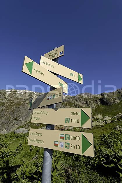 ae071464LE : Panneaux indicateurs de sentiers de randonnées, Aiguilles Rouges, Chamonix, Alpes. randonnée pédestre Europe, CEE, sport, rando, loisir, action, sport de montagne, signalisation, C02 environnement, moyenne montagne, paysage (France).