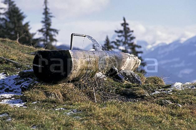 ae0879-31LE : Bassin.  Europe, ciel voilé, herbe, fontaine, C02, C01 environnement, moyenne montagne (Suisse).