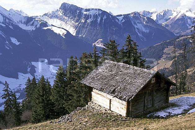 ae0880-06LE : Chateau d'Oex, Alpes.  Europe, cabane, ciel voilé, sapin, tavaillon, C02, C01 environnement, habitation, moyenne montagne, patrimoine, paysage (Suisse).