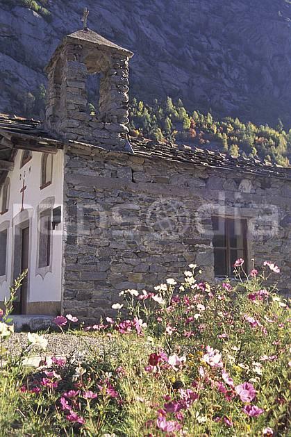 ae1057-10LE : Valle dell'Orco, Chapelle de Noasca, Alpes.  Europe, CEE, fleur, fleur blanche, fleur rose, église, C02, C01 environnement, flore, moyenne montagne, patrimoine (Italie).