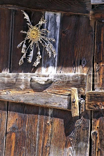 ae1300-34LE : Vieille porte, Saint Christophe en Oisan, Isère, Alpes.  Europe, CEE, porte, fleur, C02, C01 environnement, moyenne montagne (France).