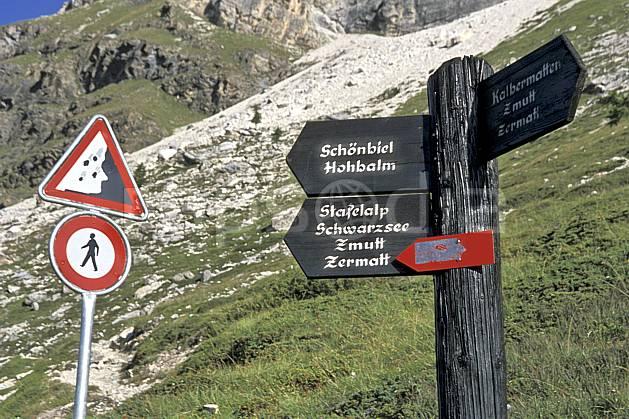 ae2531-26LE : Descente vers Zermatt, Haute Route Chamonix / Zermatt, Alpes.  Europe, panneau, C02, C01 environnement, moyenne montagne (Suisse).