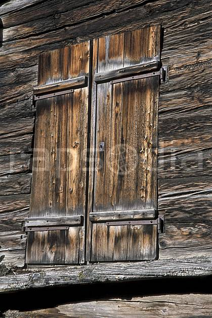 ae2532-12LE : Fenêtre du hameau de Zmutt près de Zermatt, Haute Route Chamonix / Zermatt, Alpes.  Europe, cabane, C02, C01 environnement, gros plan, habitation, moyenne montagne, patrimoine (Suisse).