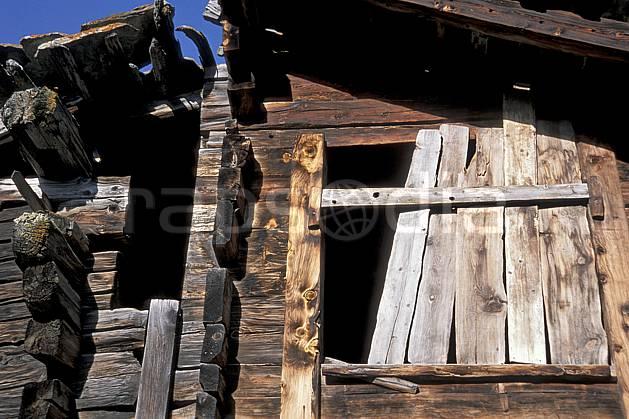 ae2532-13LE : Hameau de Zmutt près de Zermatt, Haute Route Chamonix / Zermatt, Alpes.  Europe, cabane, C02, C01 environnement, gros plan, habitation, moyenne montagne, patrimoine (Suisse).