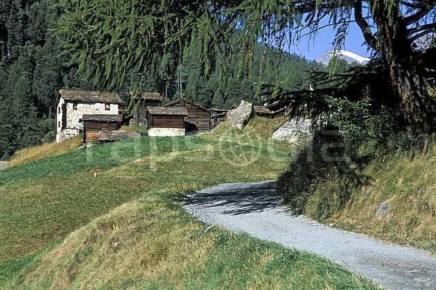 ae2533-04LE : Hameau de Zmutt près de Zermatt, Haute Route Chamonix / Zermatt, Alpes.  Europe, cabane, sentier, ciel bleu, herbe, route, C02, C01 environnement, habitation, moyenne montagne, patrimoine (Suisse).