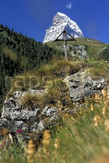 ae2533-13LE : Descente sur Zermatt, Le Cervin, Haute Route Chamonix / Zermatt, Alpes.  Europe, ciel bleu, herbe, C02, C01 environnement, moyenne montagne (Suisse).