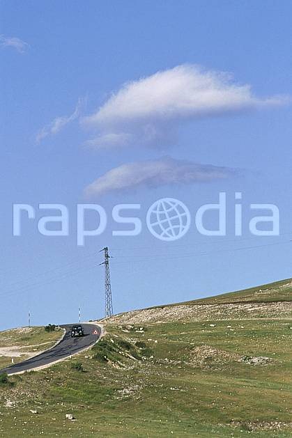 ae2693-32LE : Pylône.  Europe, EEC, blue sky, grass, road, car environment, middle mountain (Italy).