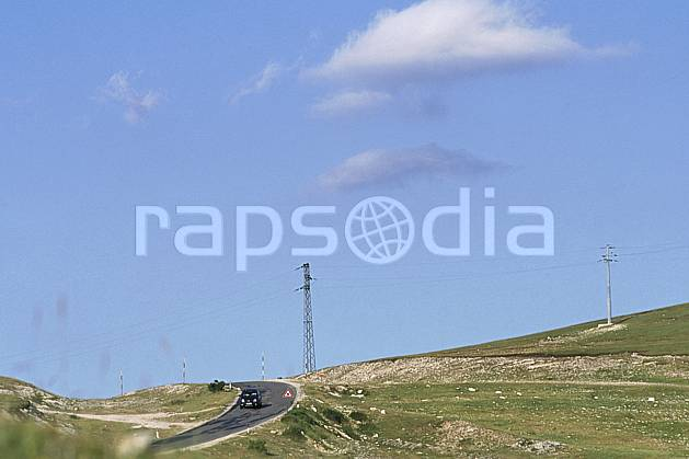 ae2693-33LE : Pylône.  Europe, EEC, blue sky, grass, road, car environment, middle mountain (Italy).
