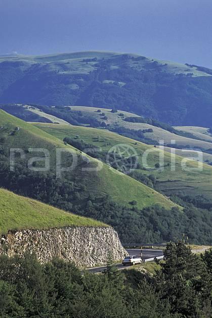 ae2693-36LE : Route de montagne.  Europe, CEE, herbe, voiture, route, C02, C01 environnement, moyenne montagne, paysage, transport (Italie).
