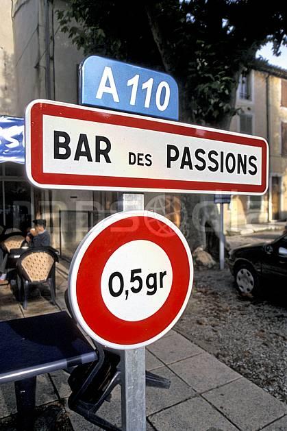 ae2796-01LE : Panneau indicateur.  Europe, CEE, ville, rue, bar, C02, C01 environnement, habitation (France).