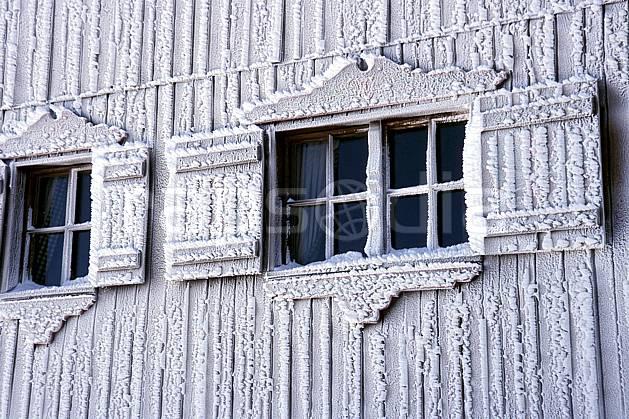 ae2819-10LE : Fenêtre de chalet sous l'effet du givre, Tignes, Savoie, Alpes.  Europe, CEE, cabane, fenêtre, C02, C01 environnement, gros plan, habitation, moyenne montagne, patrimoine (France).