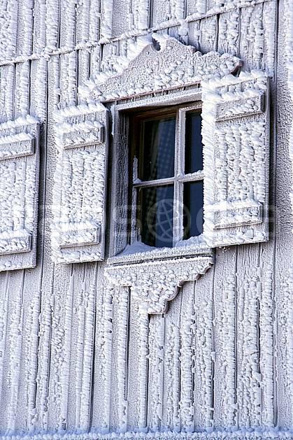 ae2819-11LE : Fenêtre de chalet sous l'effet du givre, Tignes, Savoie, Alpes.  Europe, CEE, cabane, fenêtre, C02, C01 environnement, gros plan, habitation, moyenne montagne, patrimoine (France).