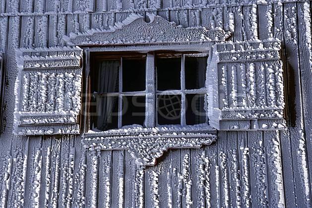 ae2819-12LE : Fenêtre de chalet sous l'effet du givre, Tignes, Savoie, Alpes.  Europe, CEE, cabane, fenêtre, C02, C01 environnement, gros plan, habitation, moyenne montagne, patrimoine (France).
