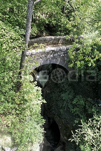 ae2860-37LE : Pont à Thiollaz, Frangy, Haute-Savoie, Alpes.  Europe, CEE, pont, C02, C01 environnement, moyenne montagne, rivière, Annecy 2018 (France).