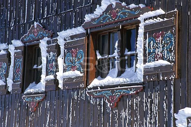 ae2899-24LE : Chalet gelé, Tignes, Savoie, Alpes.  Europe, CEE, folklore, fenêtre, C02, C01 environnement, habitation, moyenne montagne, patrimoine (France).