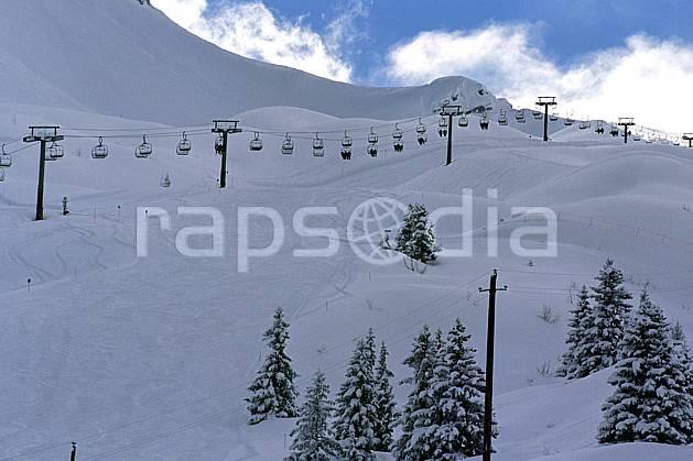 ae2904-01LE : Télésiège, Les Contamines Montjoie, Haute-Savoie, Alpes. ski de piste Europe, CEE, sport, loisir, action, glisse, sport de montagne, sport d'hiver, ski, piste, sapin, ski, téléski, C02, C01 environnement, moyenne montagne, paysage, Annecy 2018 (France).