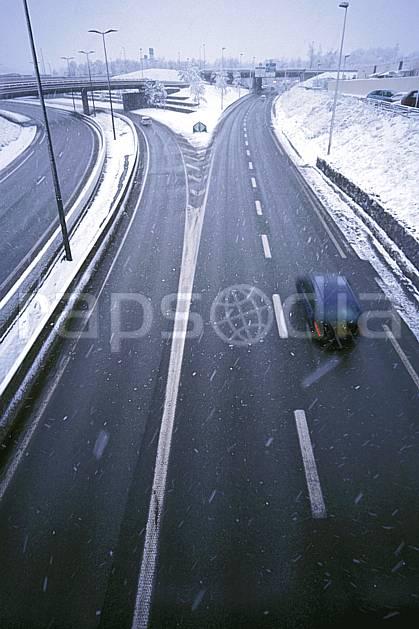 ae2909-21LE : Route sous la neige, Alpes.  Europe, CEE, mauvais temps, route, vitesse, voiture, C02, C01 environnement, moyenne montagne, transport (France).