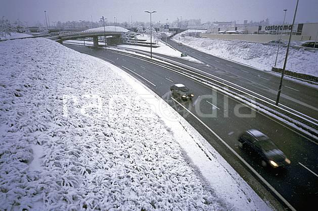 ae2909-27LE : Route sous la neige, Alpes.  Europe, CEE, mauvais temps, route, vitesse, voiture, C02, C01 environnement, moyenne montagne, transport (France).