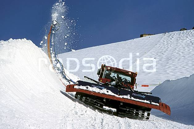 ae3122-07LE : Engin de damage half-pipe.  Europe, CEE, chenillette, dameuse, ratrack, piste de ski, C02, C01 environnement, moyenne montagne (France).